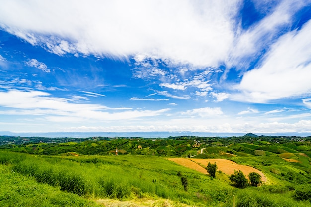 La cima di una montagna panoramica si affaccia sull'ampio campo sottostante. Foto Premium