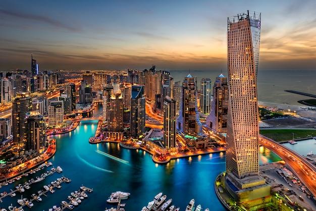 La città di dubai si affaccia sulla cayan tower Foto Premium