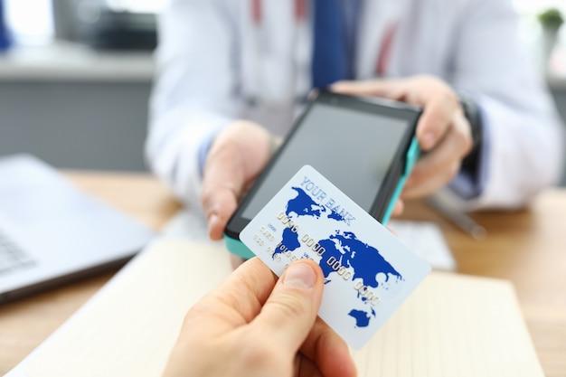 La clinica del paziente è calcolata con la carta di credito del medico Foto Premium