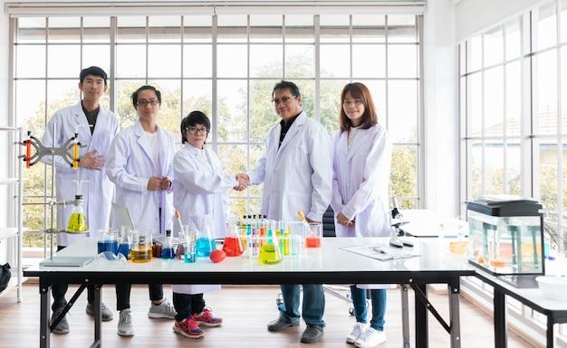 La collaborazione tra due laboratori dell'asia ha reso il successo della ricerca internazionale di pesce Foto Premium