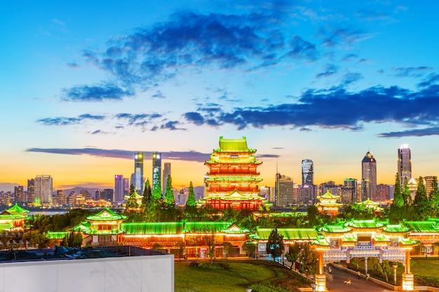 La combinazione di architettura urbana e vecchia architettura a nanchang Foto Premium