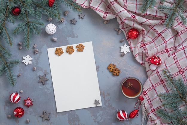 La composizione con la lista dei desideri di natale e capodanno, congratulazioni e accessori per scrivere cartoline, piatta, tonica Foto Premium