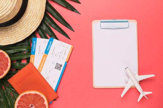 La composizione del biglietto di passaporto gioca la frutta ed il cappello del bordo di schizzo dell'aeroplano del giocattolo Foto Gratuite