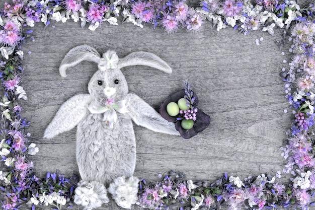 La composizione del coniglio dalle foglie del fiore Foto Premium