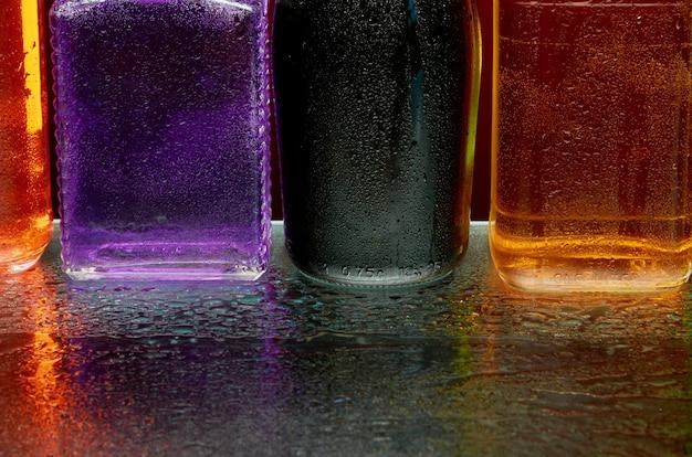 La consistenza delle bevande alcoliche al bicchiere in uno spruzzo di acqua Foto Premium