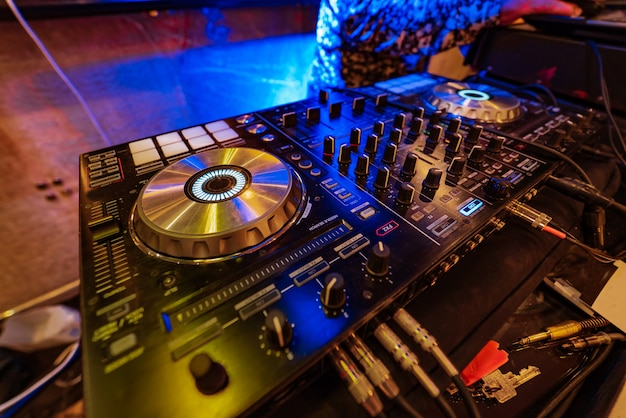 La console del mixer professionale con dischi in vinile per dj è in festa Foto Premium