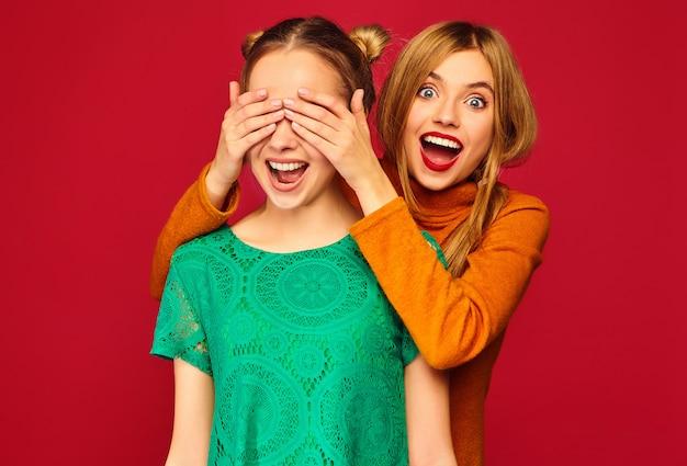 La copertura sorridente della donna osserva con le mani al suo amico Foto Gratuite