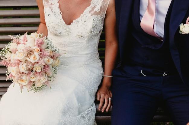 La coppia appena sposata si è vestita come sposa e sposo Foto Premium