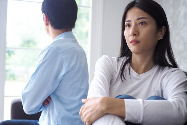 La coppia asiatica è stressata e sconvolta dopo una discussione Foto Premium