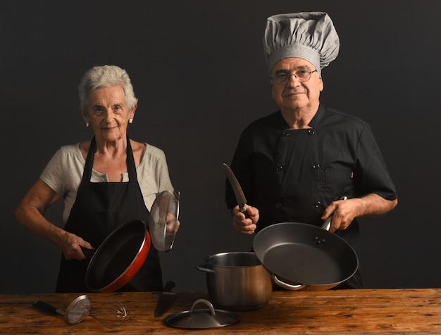 La coppia di anziani cucina Foto Premium