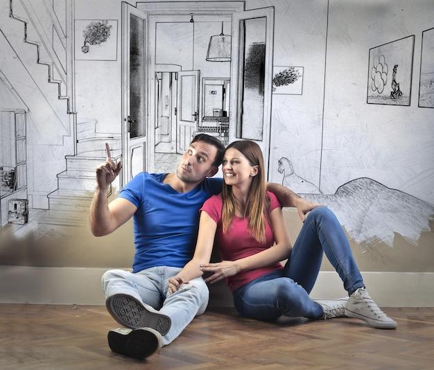 La coppia disegna insieme la nuova casa Foto Premium