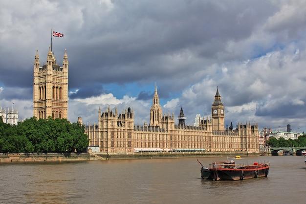 La costruzione del parlamento britannico nella città di londra, inghilterra, regno unito Foto Premium