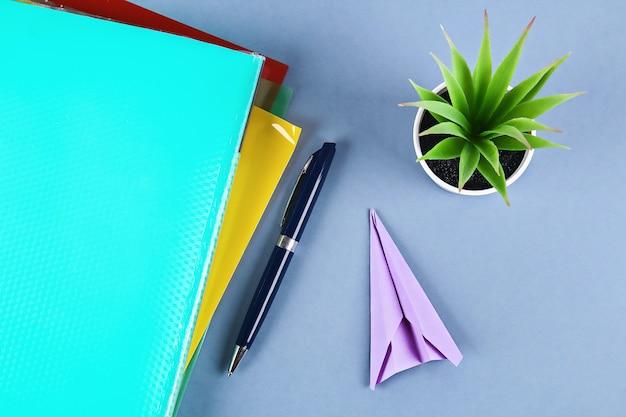 La creazione di un aeroplano di carta invece funziona. Foto Premium