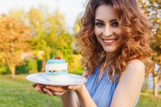 La damigella d'onore sveglia mangia la torta nunziale Foto Premium