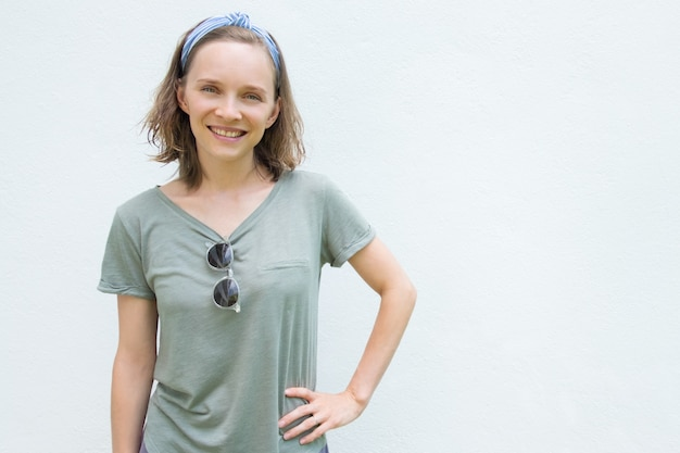 La donna allegra felice in estate copre godere della vacanza Foto Gratuite