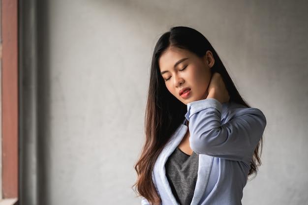La donna asiatica ha raffreddore e sintomi tosse, febbre, mal di testa e dolori Foto Premium