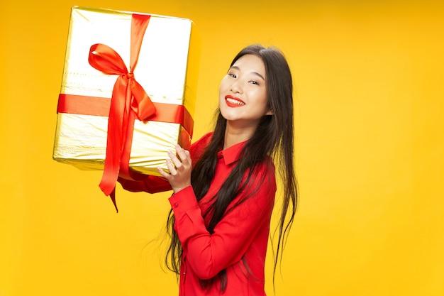 La donna asiatica viaggia con una valigia in mano, vacanze, Foto Premium