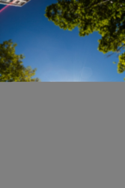 La donna atletica che salta nell'aria e che fa spaccare Foto Premium