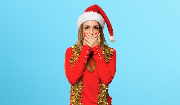 La donna bionda si è agghindata per le feste di natale che coprono la bocca per dire qualcosa Foto Premium
