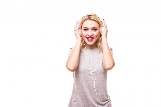 La donna bionda sta ascoltando musica godendo delle cuffie Foto Gratuite