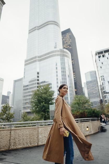 La donna cammina per le strade di chicago Foto Gratuite