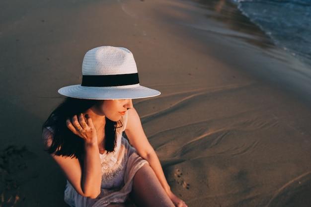 La donna caucasica riposa al bello mare Foto Premium