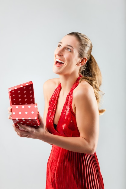 La donna che apre il regalo ed è felice Foto Premium