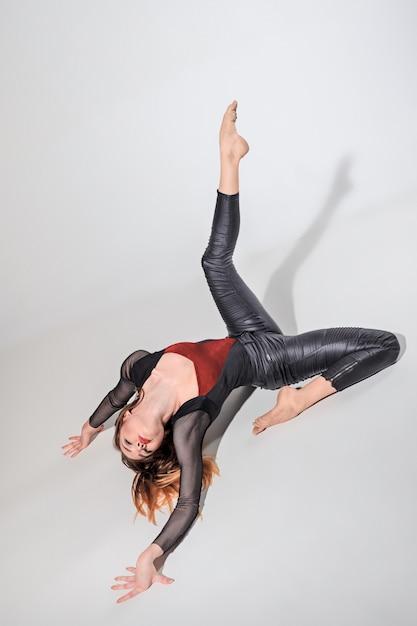 La donna che balla sul grigio Foto Gratuite