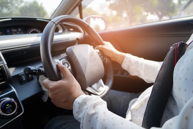 La donna che conduce l'automobile dentro gode della vita di pensionamento di festa. Foto Premium