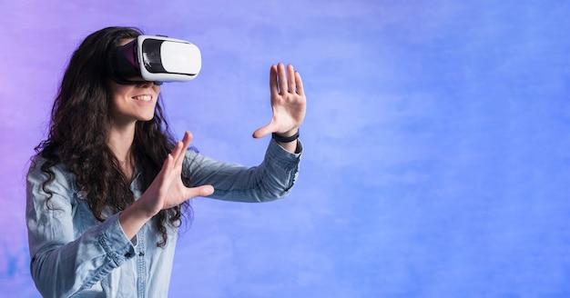 La donna che gioca sull'insieme del vr e copia la stanza dello spazio Foto Gratuite