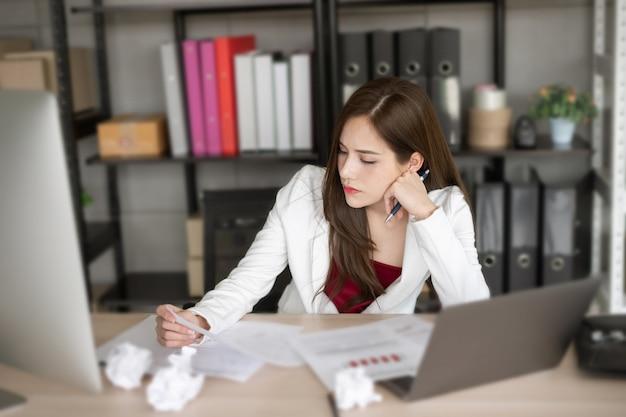 La donna che lavora in tuta bianca sta pensando a un nuovo progetto. Foto Premium