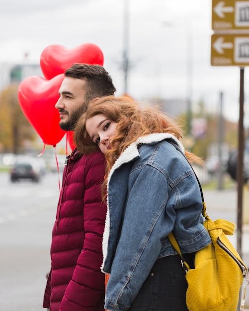 La donna che si appoggia sulla spalla dell'uomo Foto Gratuite