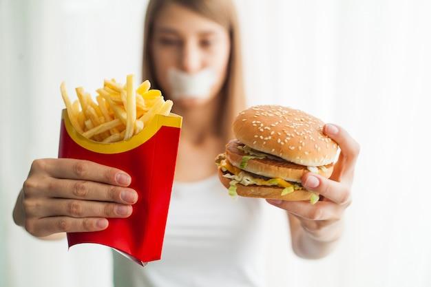 La donna con la bocca bloccata cerca di mangiare cibo cattivo Foto Premium