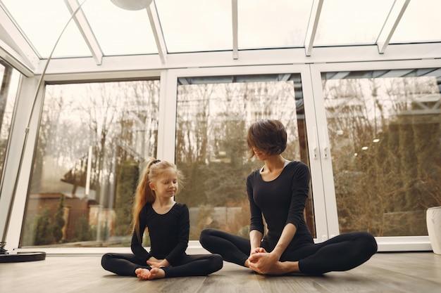 La donna con la figlia è impegnata in ginnastica Foto Gratuite