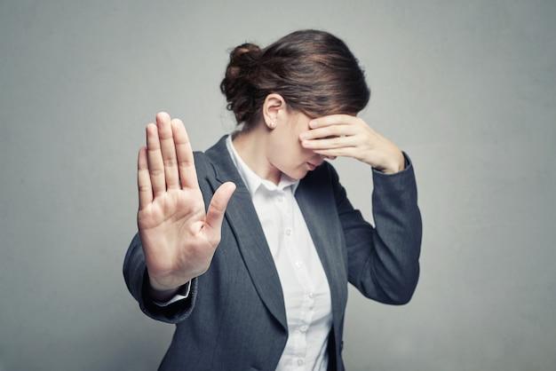 La donna copre il viso e mostra il gesto di stop Foto Premium