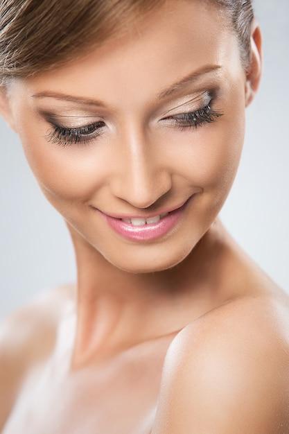 La donna dall'aspetto naturale è felice della sua bellezza Foto Gratuite