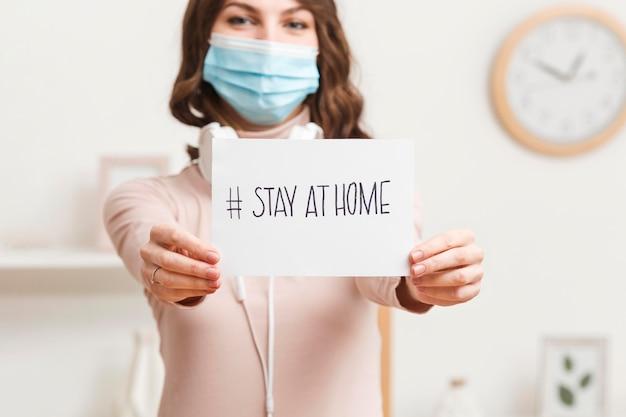 La donna del primo piano con il messaggio resta a casa Foto Gratuite