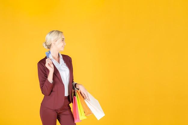 La donna di affari è soddisfatta dell'acquisto nel fondo di giallo dello studio Foto Premium