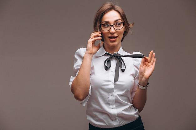 La donna di affari ha isolato la conversazione sul telefono Foto Gratuite