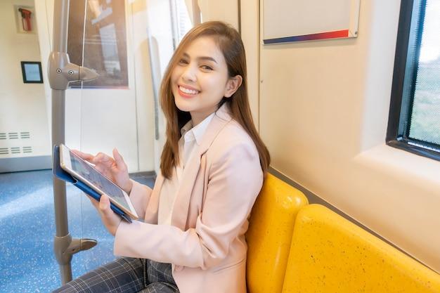 La donna di affari sta lavorando in metropolitana Foto Premium