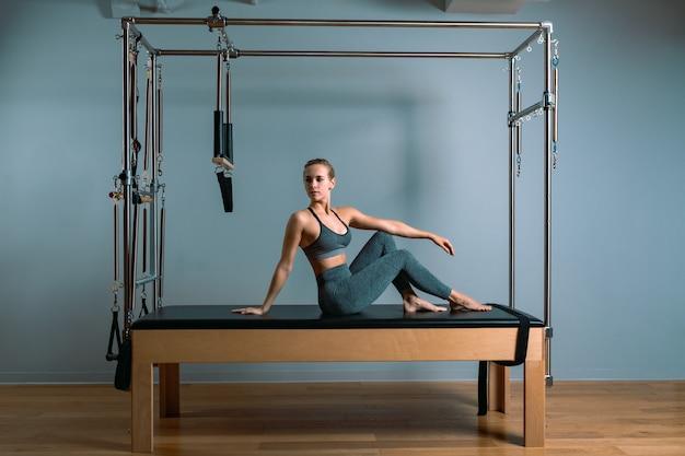 La donna di pilates che fa l'allungamento si esercita in palestra Foto Premium
