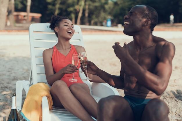 La donna e l'uomo brindano e bevono champagne. Foto Premium