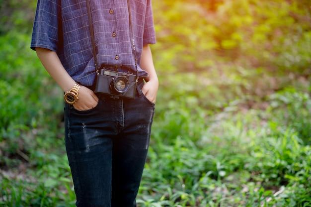 La donna e la sua amata macchina fotografica concetto di fotografia di viaggio Foto Premium