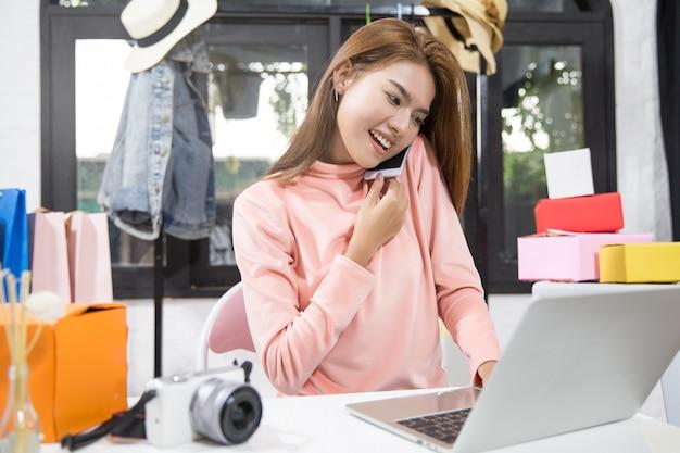 La donna è proprietaria dell'attività di vendita online. Foto Premium