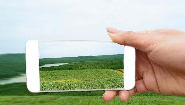 La donna fa foto su smartphone Foto Premium