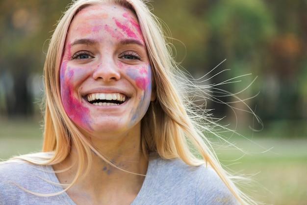 La donna felice di smiley mostra il suo viso colorato Foto Gratuite