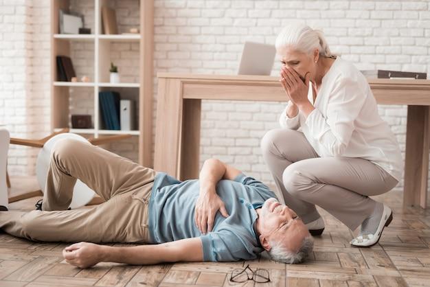 La donna matura è preoccupata a causa dell'attacco cardiaco. Foto Premium