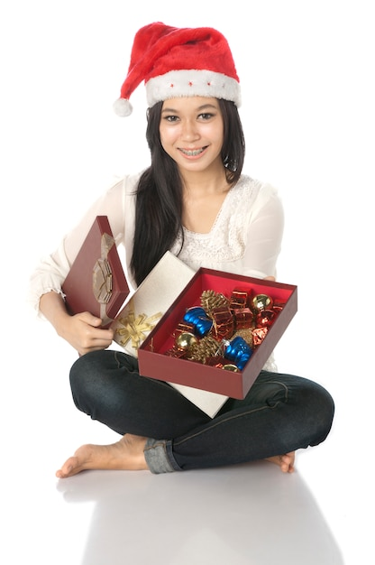 La donna mostra il suo regalo Foto Premium