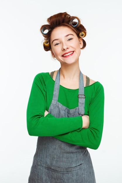 La donna piacevole pulisce mentre compone e sorride posando con le mani Foto Gratuite