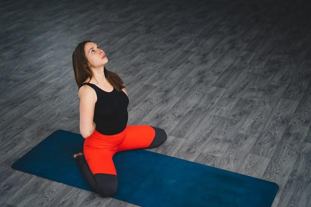 La donna pratica yoga in palestra. sport e stile di vita sano. Foto Premium